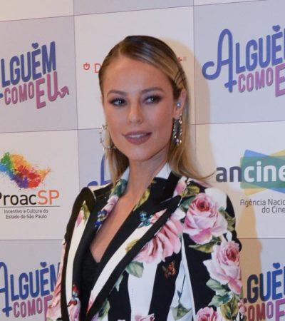 Paolla Oliveira lança filme com blazer floral de R$ 13 mil