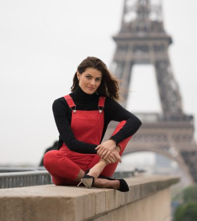 Isabeli Fontana veste jardineira em Paris para campanha