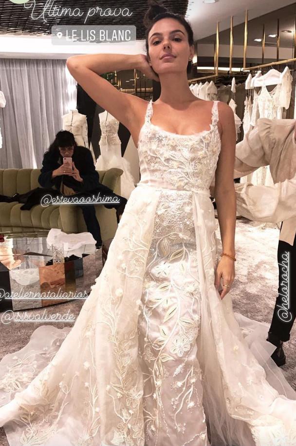 Noiva: Isis Valverde se casa com vestido todo bordado à mão