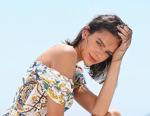 Marquezine 'ostenta' com vestido de R$ 13,7 mil na Grécia