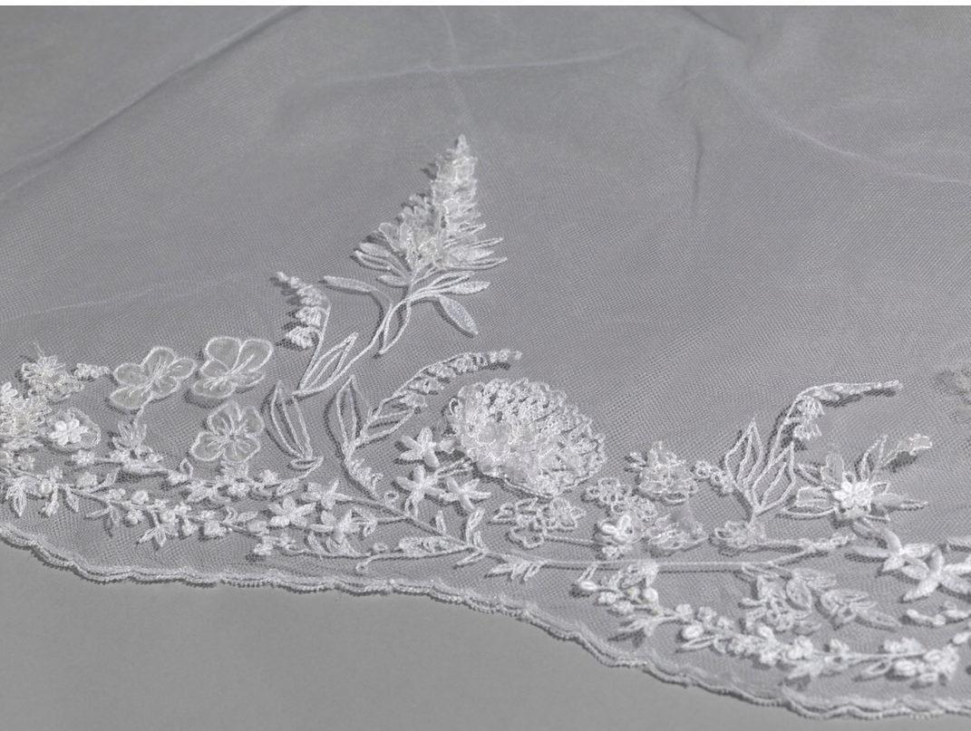 Detalhe do bordado do véu usado por Meghan Markle (Foto: Royal Collection Trust/Reprodução)