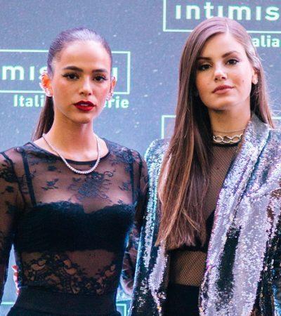 Bruna Marquezine e Queiroz deixam sutiã à mostra na Itália