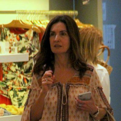 Sem make, Fátima Bernardes exibe elegância com look prático