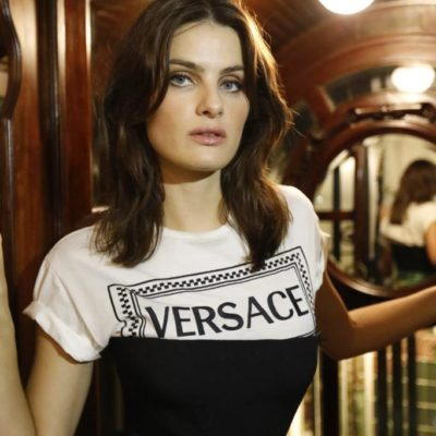 Com look Versace, Isabeli Fontana é homenageada em Madri