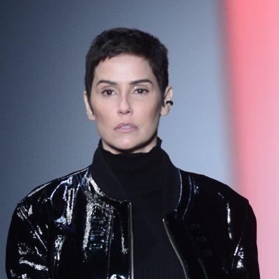 Deborah Secco estreia visual novo na passarela do SPFW