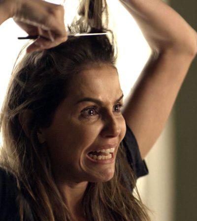 Deborah Secco corta próprio cabelo em cena e adota joãozinho
