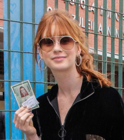 Marina R Barbosa vota com bolsa icônica de mais de R$ 50 mil