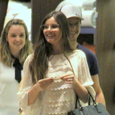 Conforto: Camila Queiroz acerta em look com bata e jeans