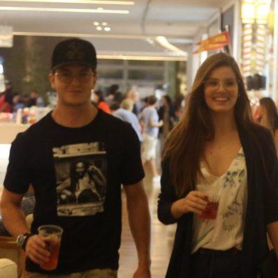 Camila Queiroz usa calça curta e mocassim. Isso pode, Arnaldo?