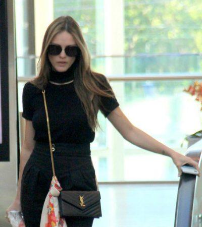 Isabelle Drummond passeia no shopping com bolsa de R$ 5,4 mil