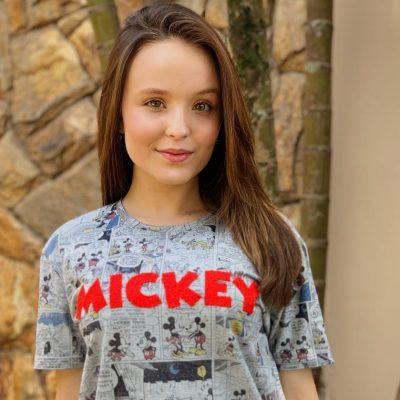 Larissa Manoela veste camiseta do Mickey Mouse de R$ 49,90