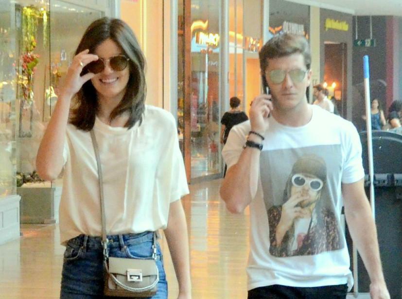 Camiseta e tênis brancos + minissaia jeans: o básico de Camila Queiroz