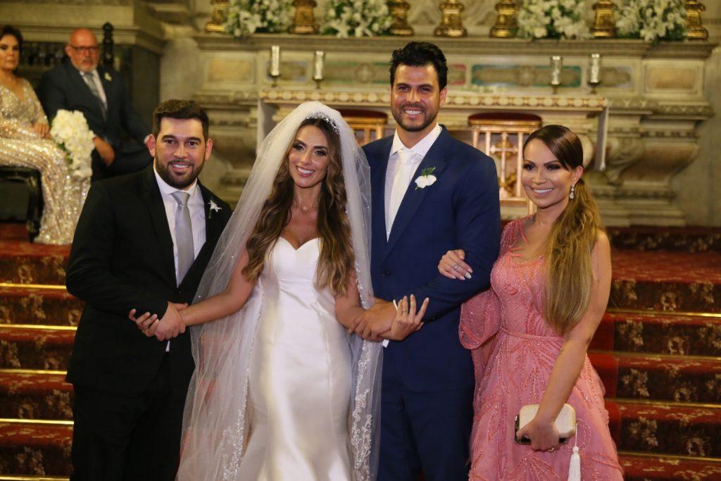 Os noivos e Solange Almeida (Foto: Daniel Pinheiro/Anderson Borde/AgNews)