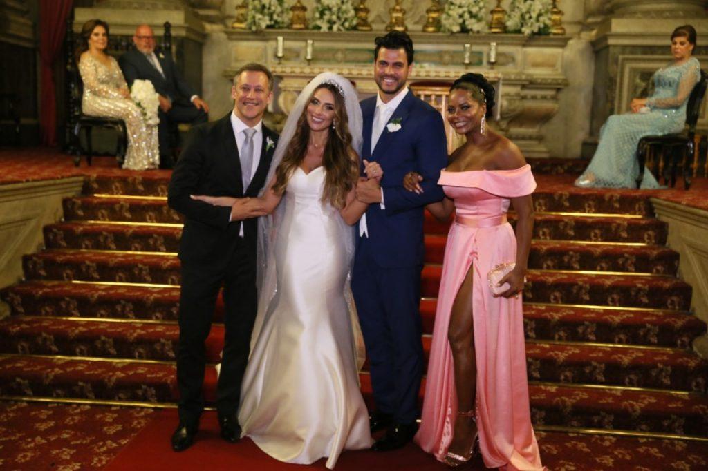 Os noivos e Adriana Bombom (Foto: Daniel Pinheiro/Anderson Borde/AgNews)