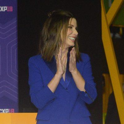 Terno e vestido: Sandra Bullock esbanja elegância com 2 looks