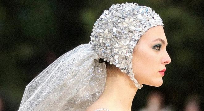 Alta-costura traz noiva de maiô, circo e looks de protesto