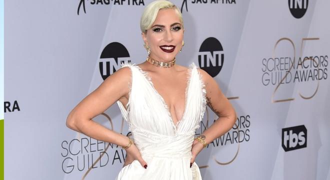 Lady Gaga usa look de fenda em premiação com segredo fashion