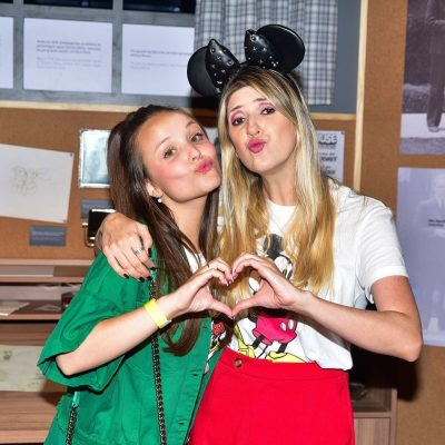 Larissa Manoela e Dani Calabresa vestem estampa do Mickey