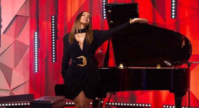 Anitta exibe look de R$ 18 mil na TV: vestido é o mais barato