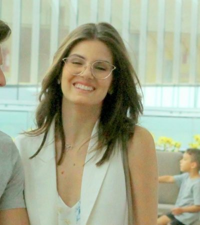 Camila Queiroz acerta com jeans e colete de alfaiataria