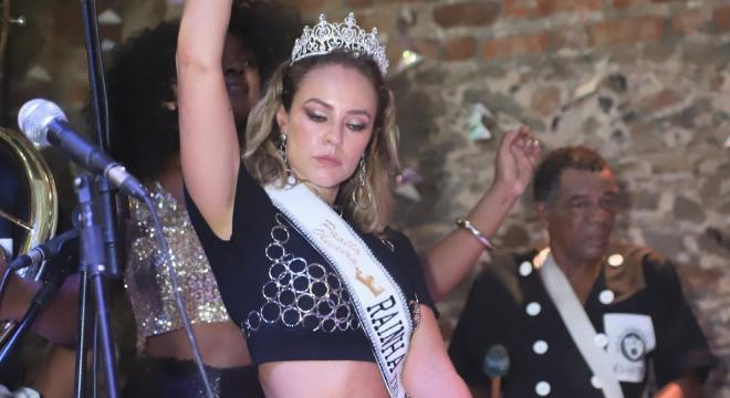 Carnaval: Paolla vira rainha de bloco com look e make para copiar