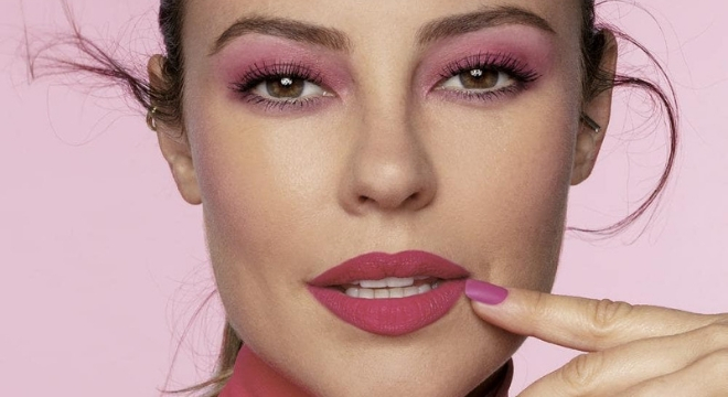 Paolla Oliveira arrasa de make rosa com batom de R$ 22,99
