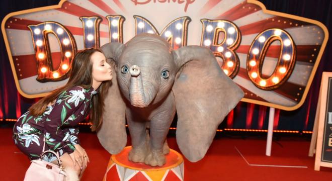 Larissa Manoela usa truque alongador para assistir a 'Dumbo'