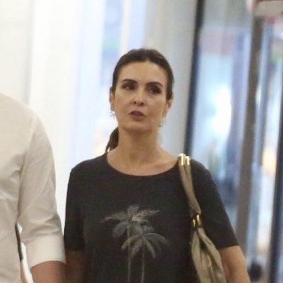 Fátima Bernardes veste blusa de coqueiro para sair com Túlio