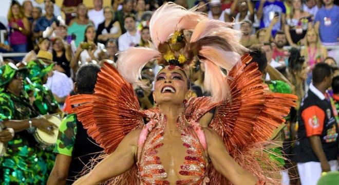 Polêmica: look de Ju Paes teria partes de ave rara, diz ONG