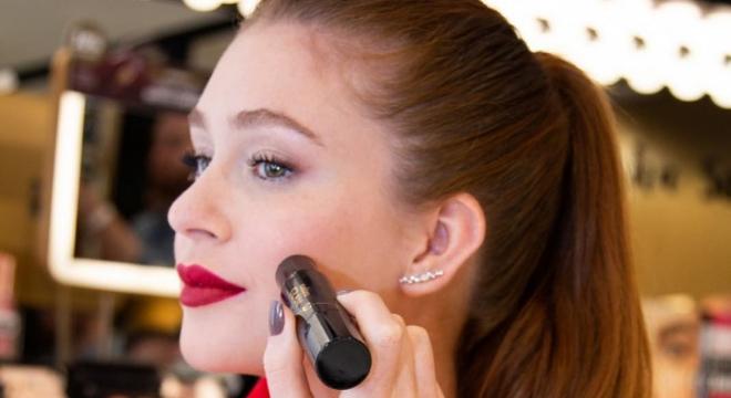 Marina Ruy Barbosa usa stick de contorno facial de R$ 65,99