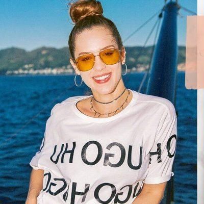 Sophia Abrahão segue moda da logomania com peça de R$ 400