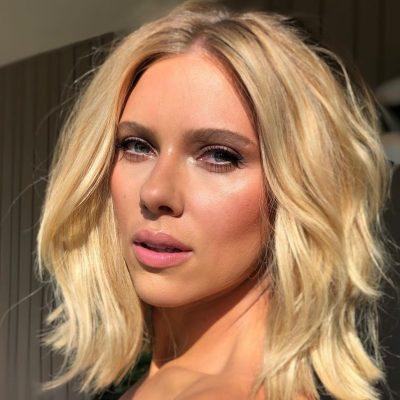 Scarlett e Brie exibem make leve no lançamento de Vingadores