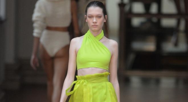 SPFW: Neon, tricô e brilho desfilam para o verão 2020