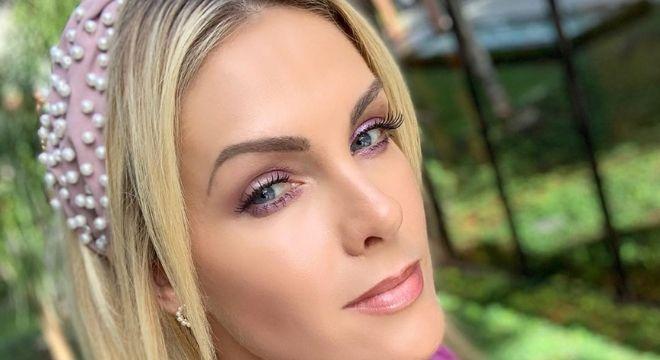Ana Hickmann exibe tiara turbante com pérolas de R$ 289