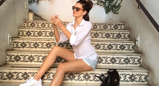 Camila Queiroz acerta ao misturar formal com despojado