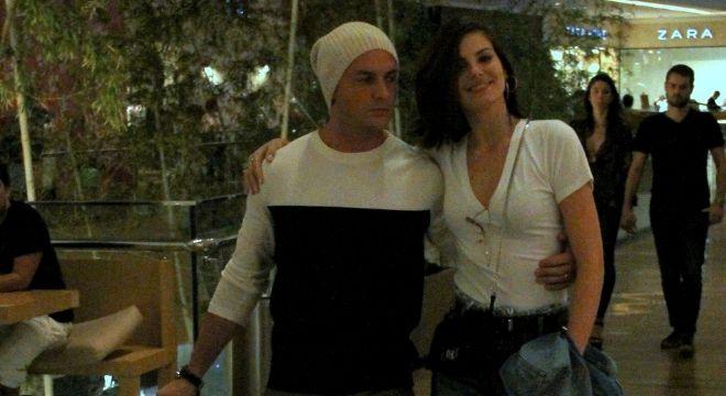 Camila Queiroz acerta com calça boyfriend e blusa básica