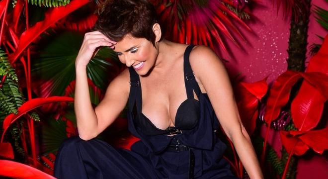 Ousada e sensual: Deborah Secco veste calça-macacão e sutiã