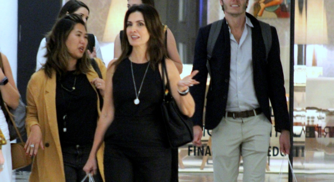Fátima Bernardes comete deslize fashion em passeio no shopping