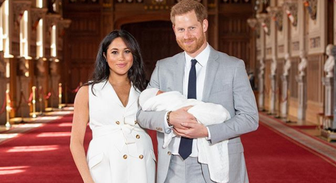 "Meghan veste look branco exclusivo para mostrar ""Baby Sussex"""