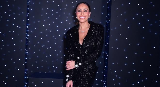 Sabrina Sato combina look brilhante com colar de R$ 37 mil