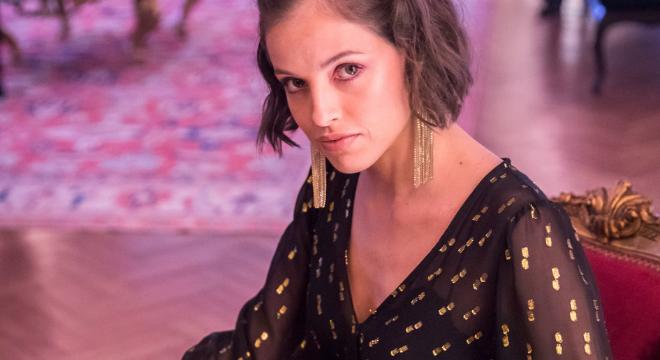 Agatha Moreira veste look preto de R$ 899,40 na novela