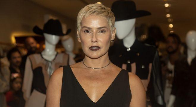 Batons escuros conquistam famosas como Deborah Secco