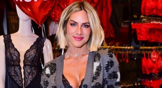 Ewbank veste cardigã como vestido e deixa lingerie à mostra