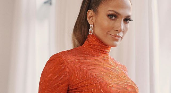 JLo ganha prêmio fashion com top cropped de 43 mil cristais
