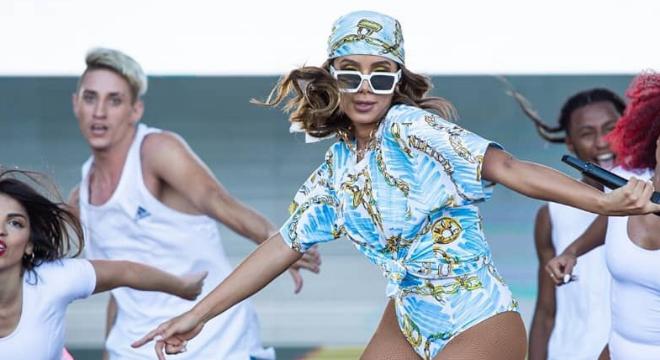Anitta repete em show roupa Moschino que usou em viagem