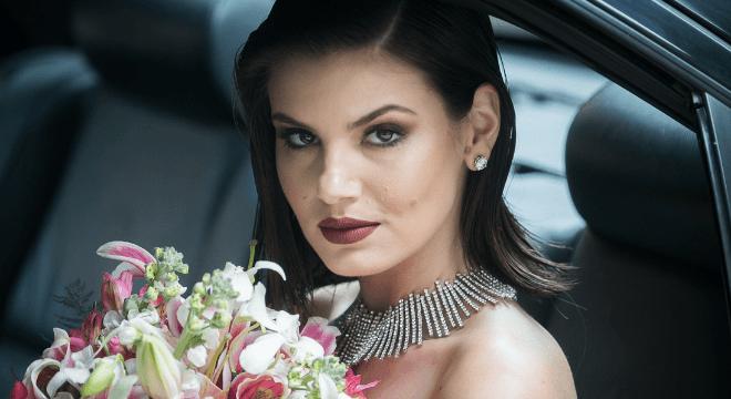 Noiva bapho: Camila Queiroz usa transparência e batom marrom