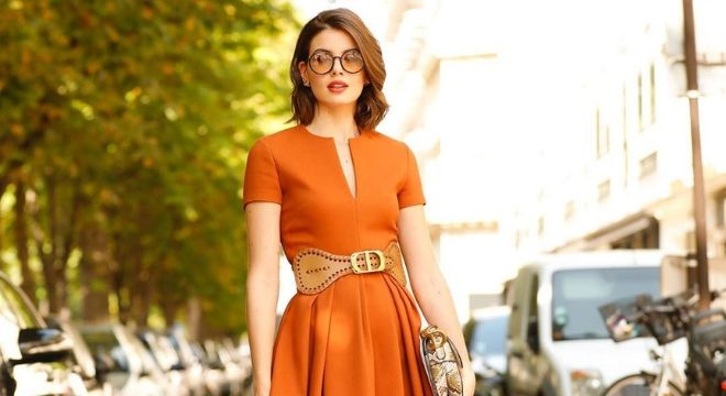 Famosas ensinam a atualizar vestidos com cintos de destaque