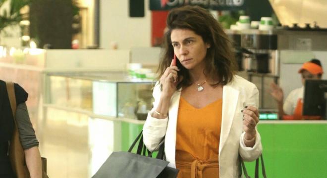 Sem make, Antonelli usa look estiloso e alongador em shopping