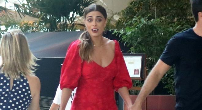 Juliana Paes acerta com visual estilo 'dama de vermelho'