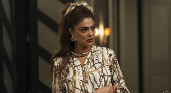 Juliana Paes exibe scrunchie estampada de R$ 39 na novela